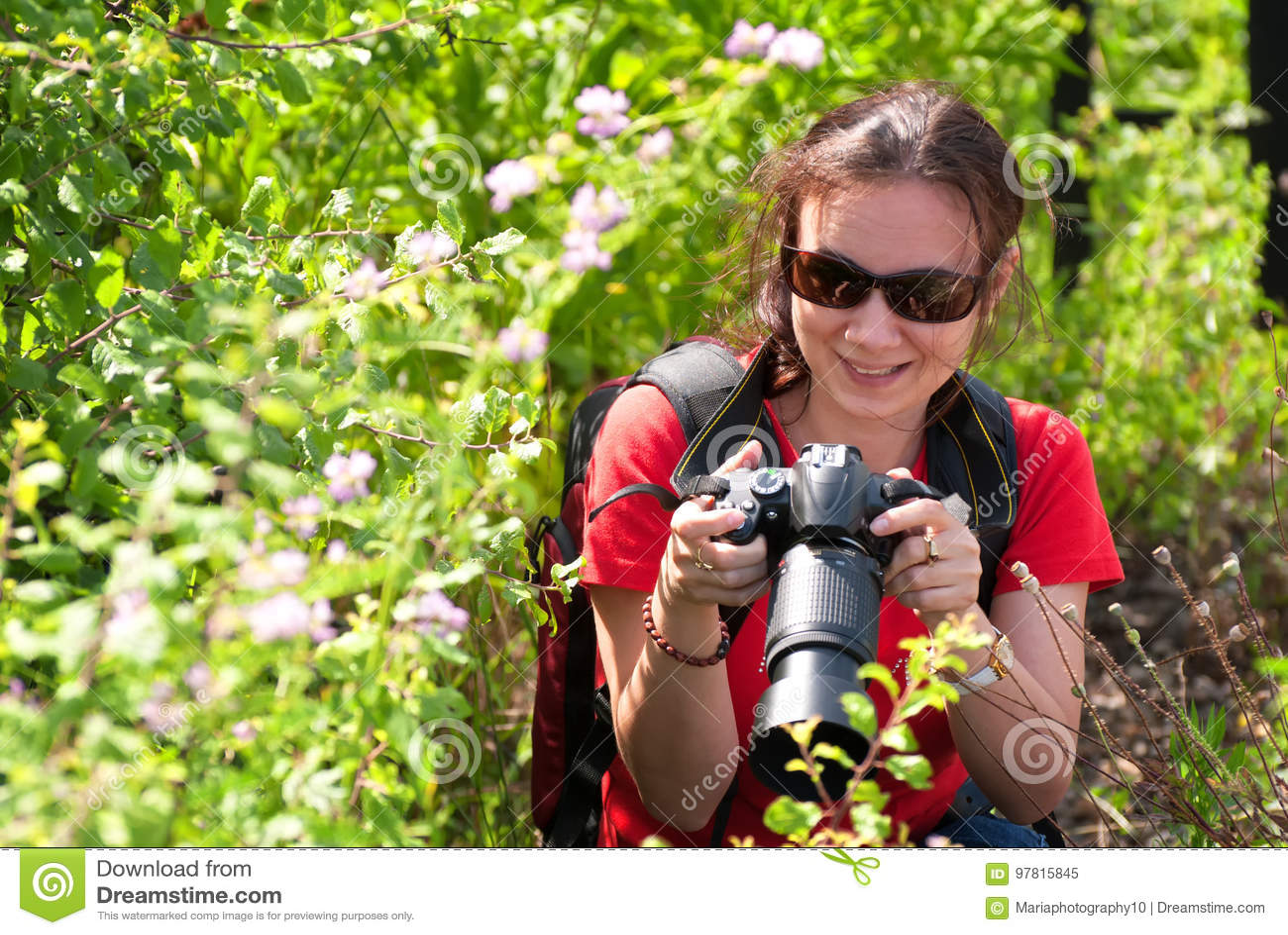 Kvinnafotograf i natur