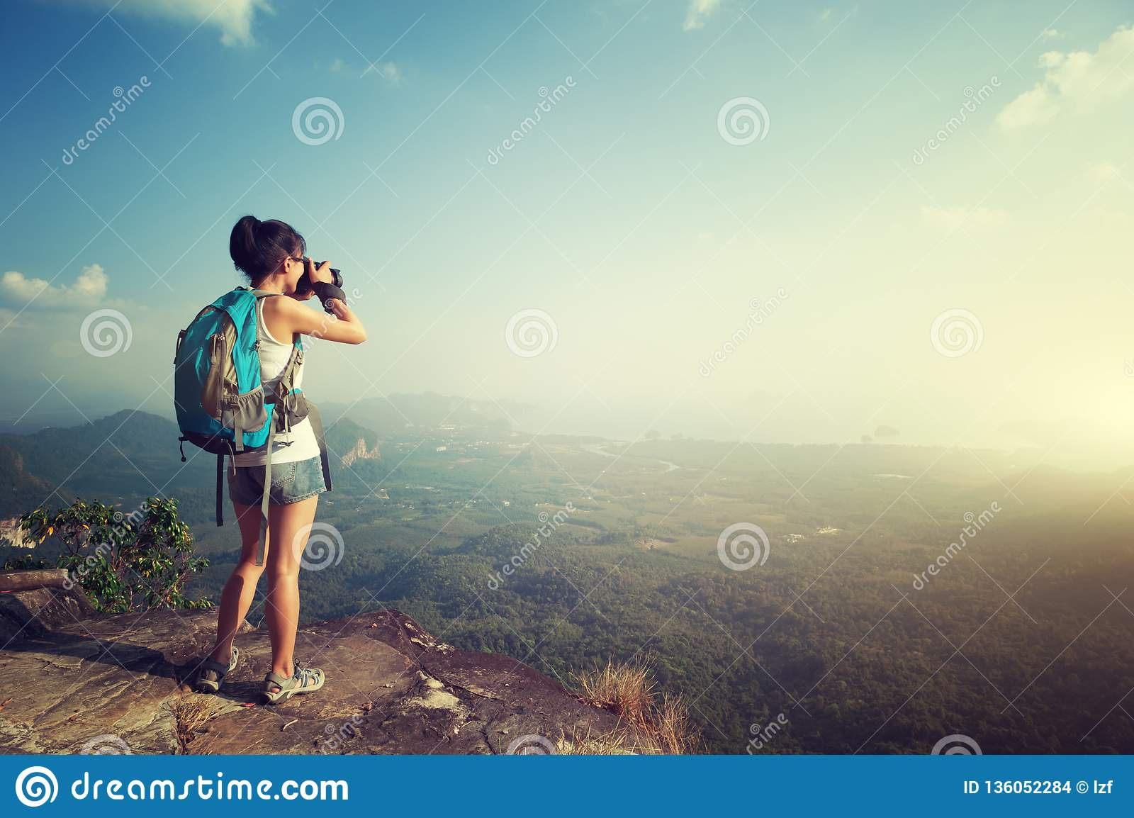 Kvinnafotograf som tar fotoet på bergmaximumet