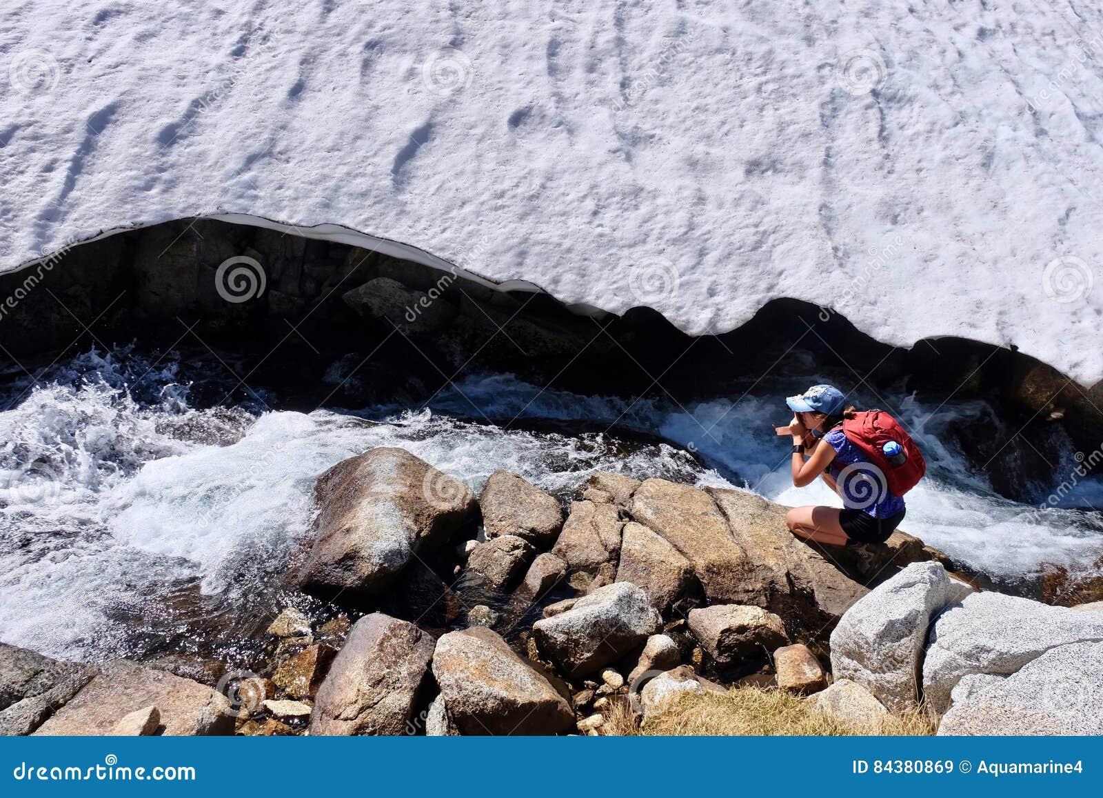 Kvinnafotograf vid Alpine Creek