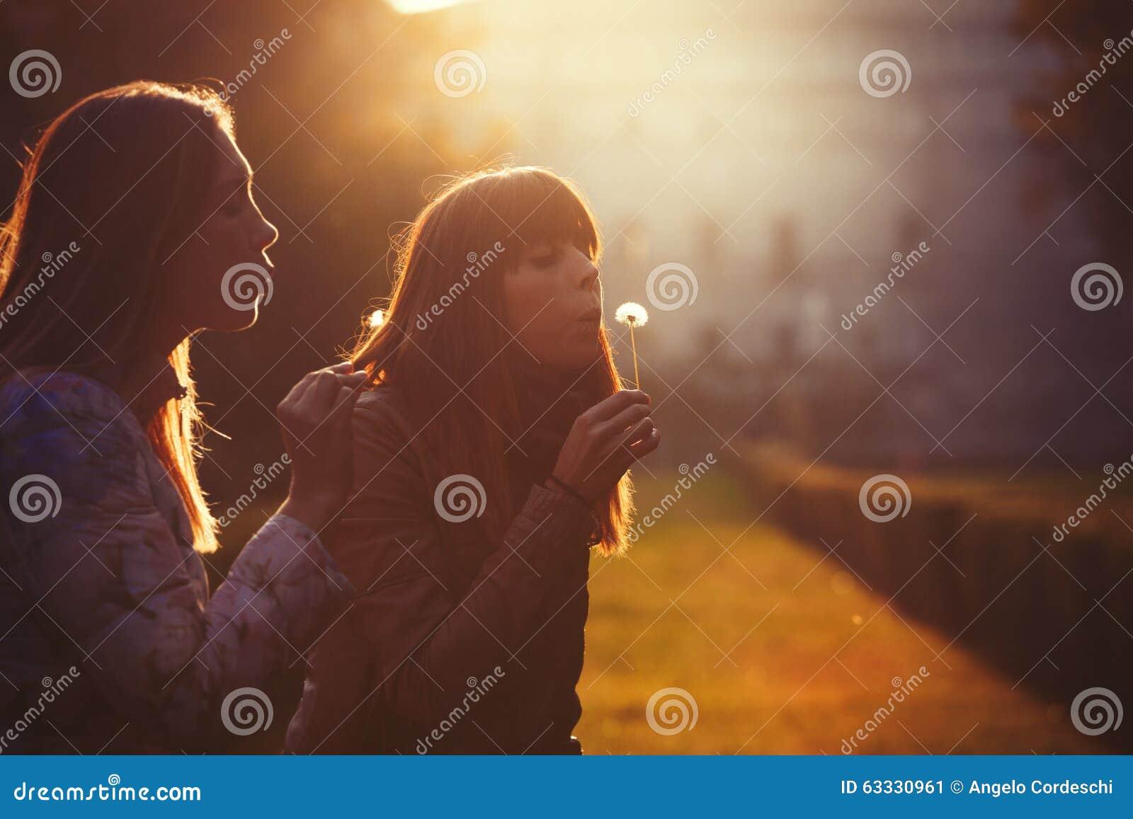 Kvinnafrihet och hopp Natur och harmoni romantisk solnedgång