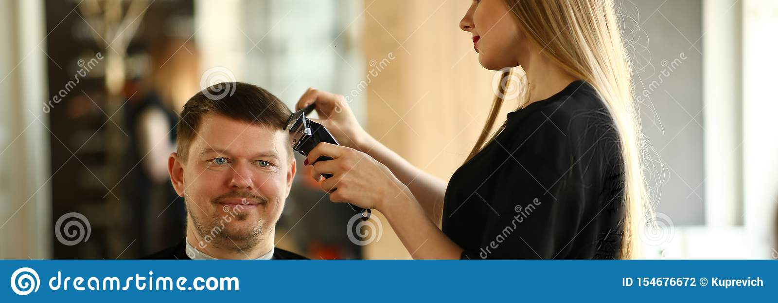 Kvinnafris?r Making Razor Haircut f?r man