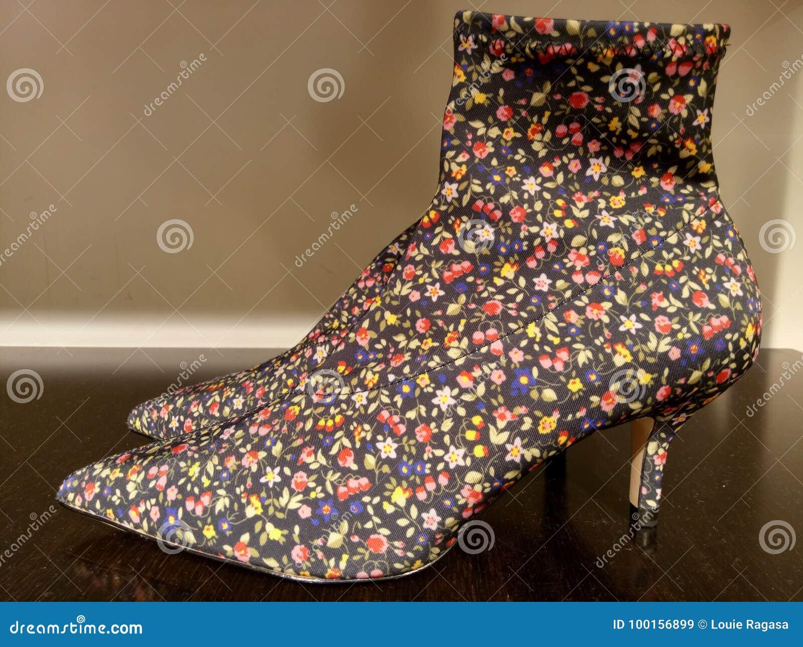 Kvinnahög-häl skor