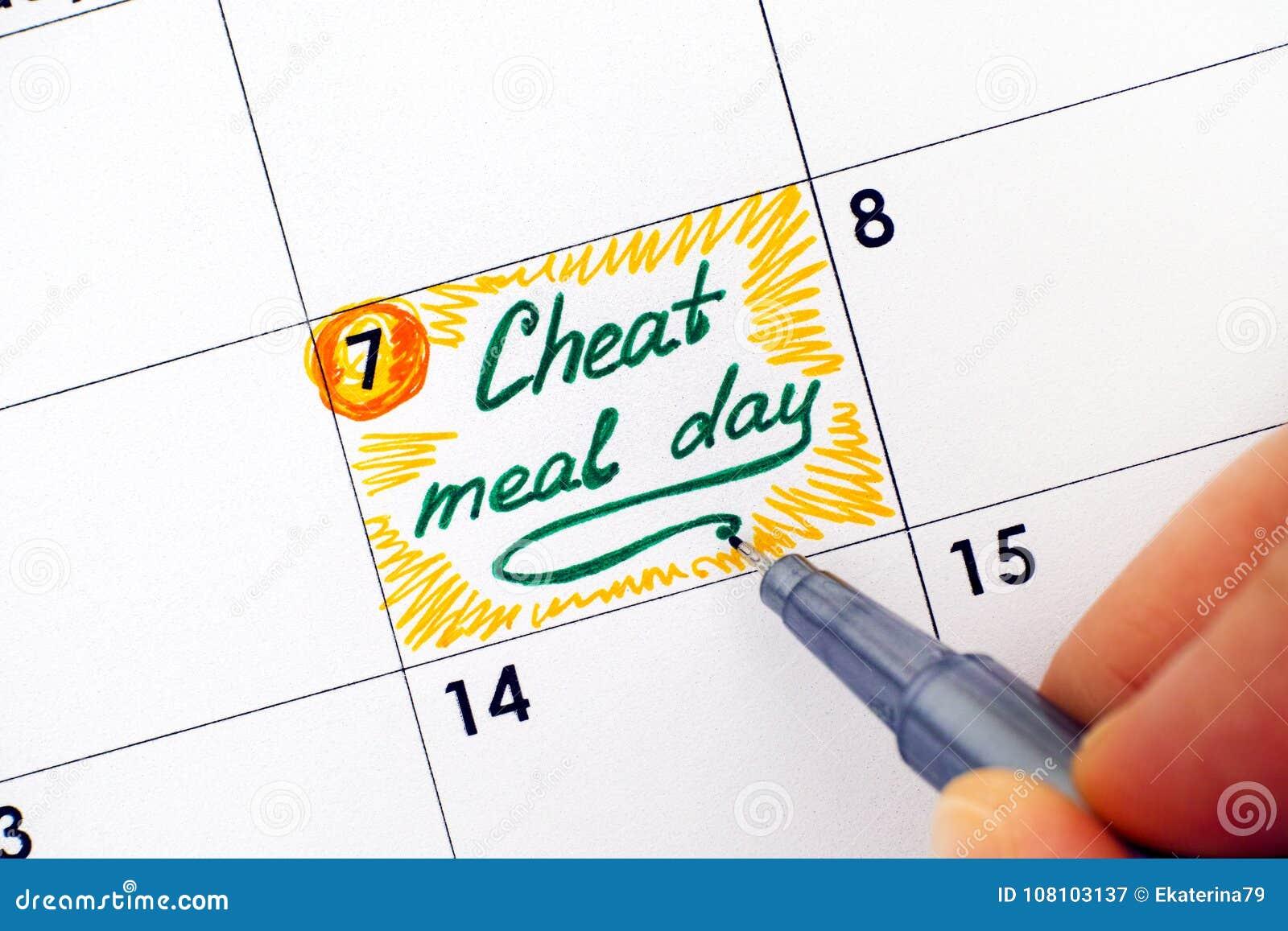Kvinnahand med dag för mål för fusk för pennhandstilpåminnelse i kalender