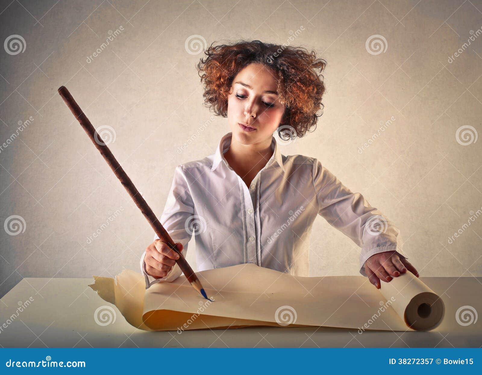 Kvinnahandstil med en enorm blyertspenna
