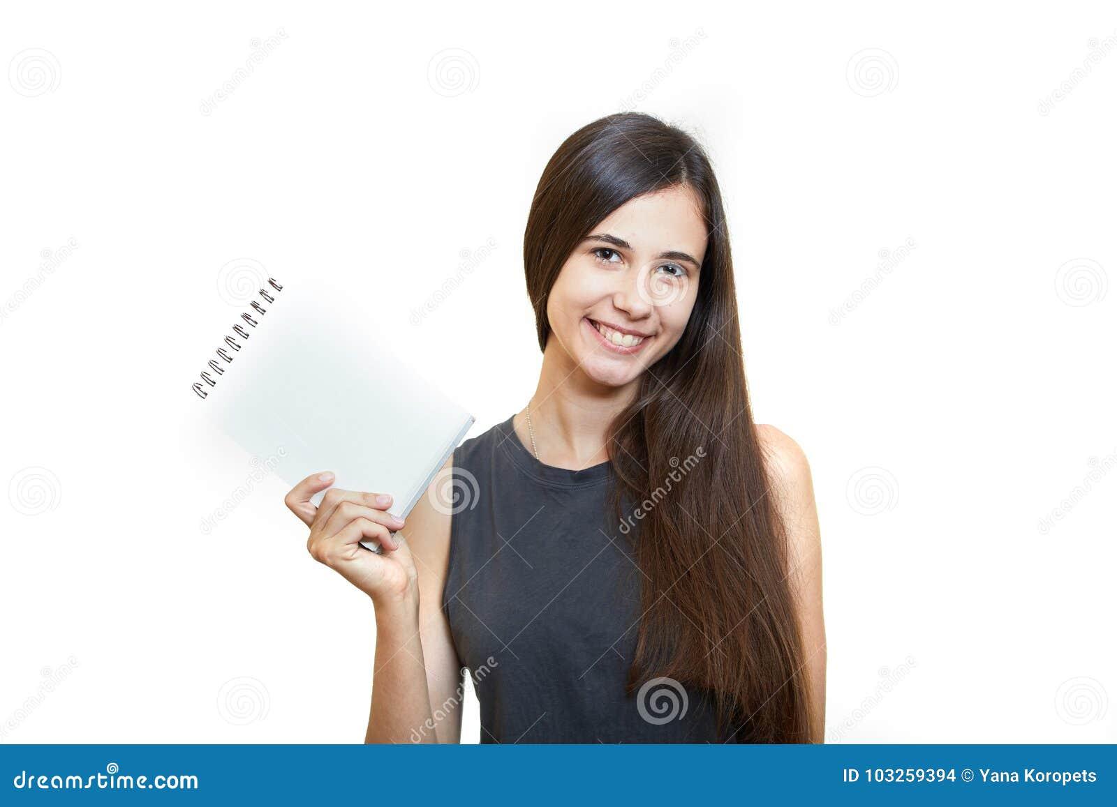 Kvinnainnehavblyertspenna med anteckningsboken och se upp isolerat på a