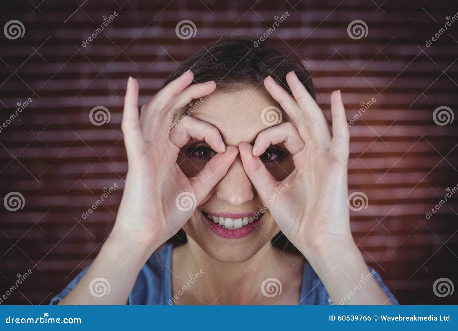 Kvinnainnehavhänder som kikare
