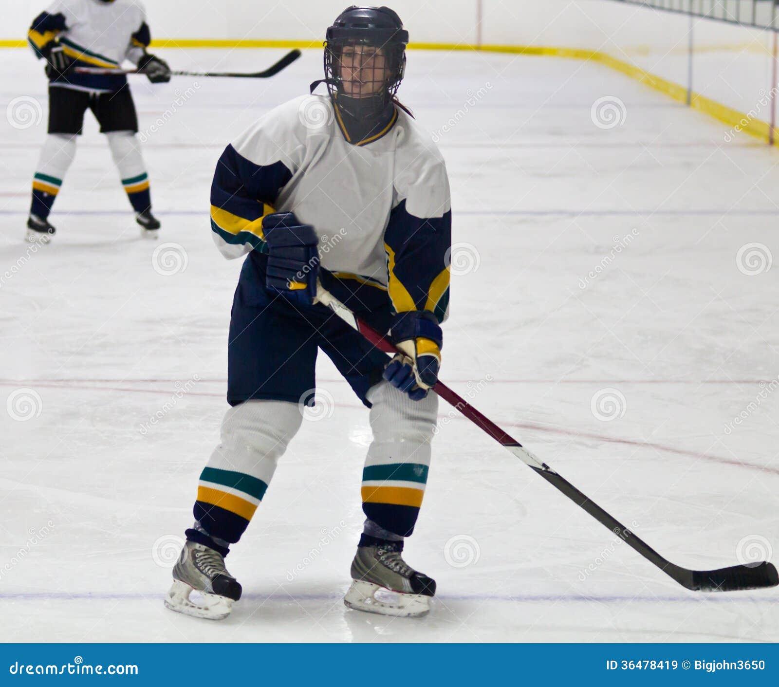 Kvinnaishockeyspelare under en lek