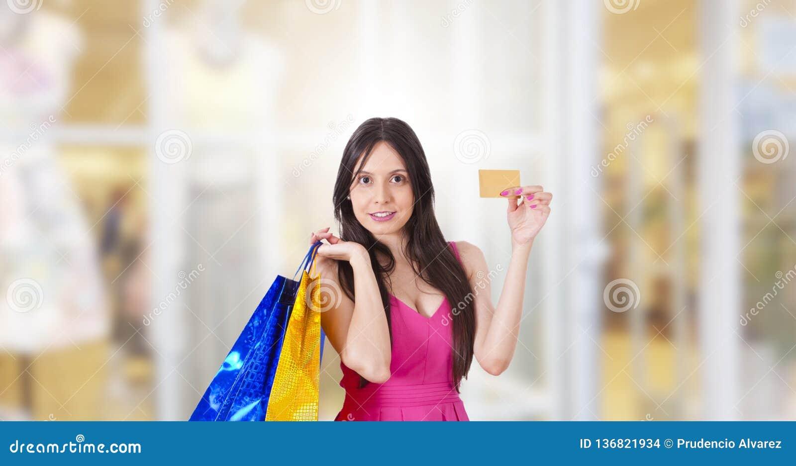 Kvinnak?pande med kreditkorten