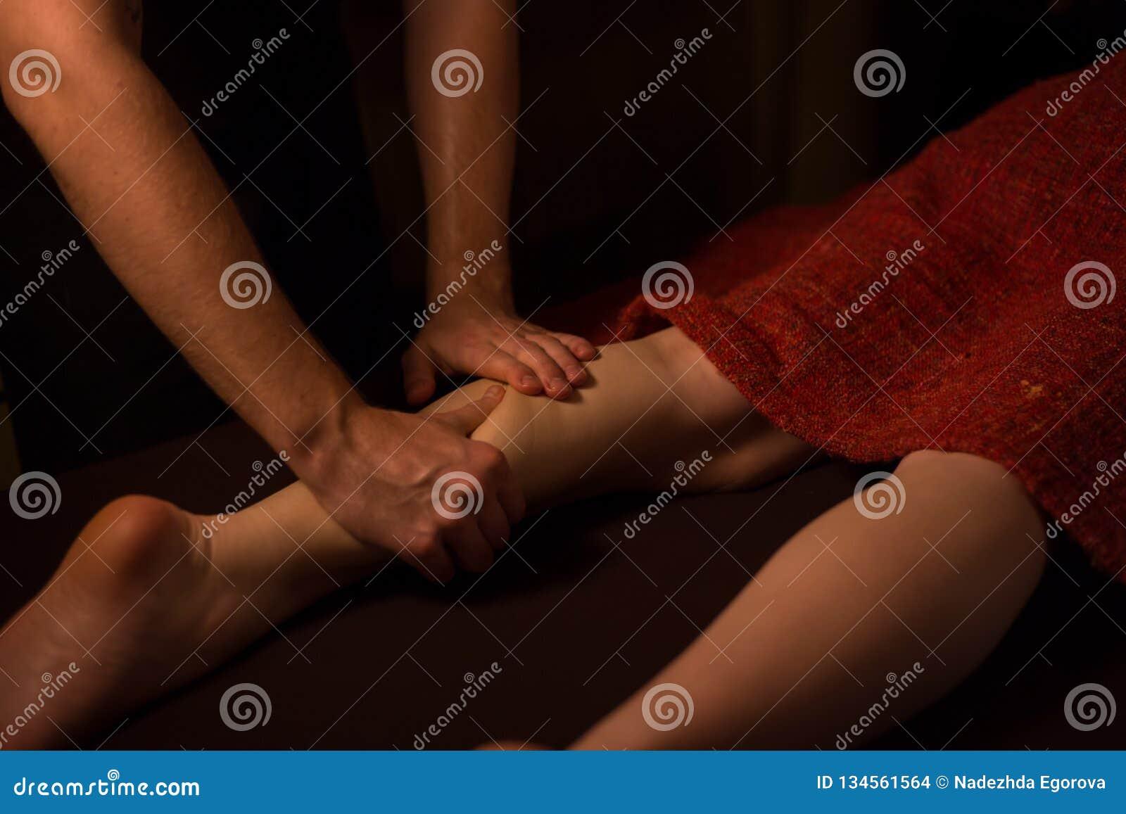 Kvinnaklient som har yrkesmässig fotmassage