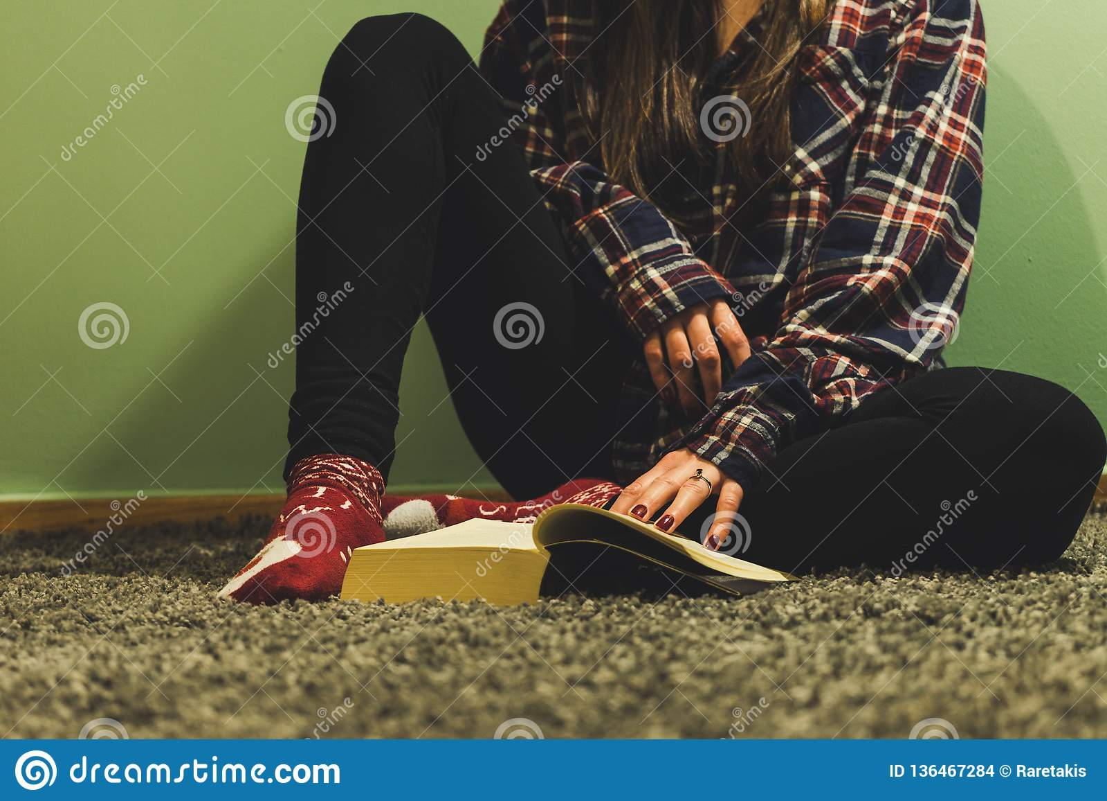 Kvinnaläseböcker i hemtrevligt hem