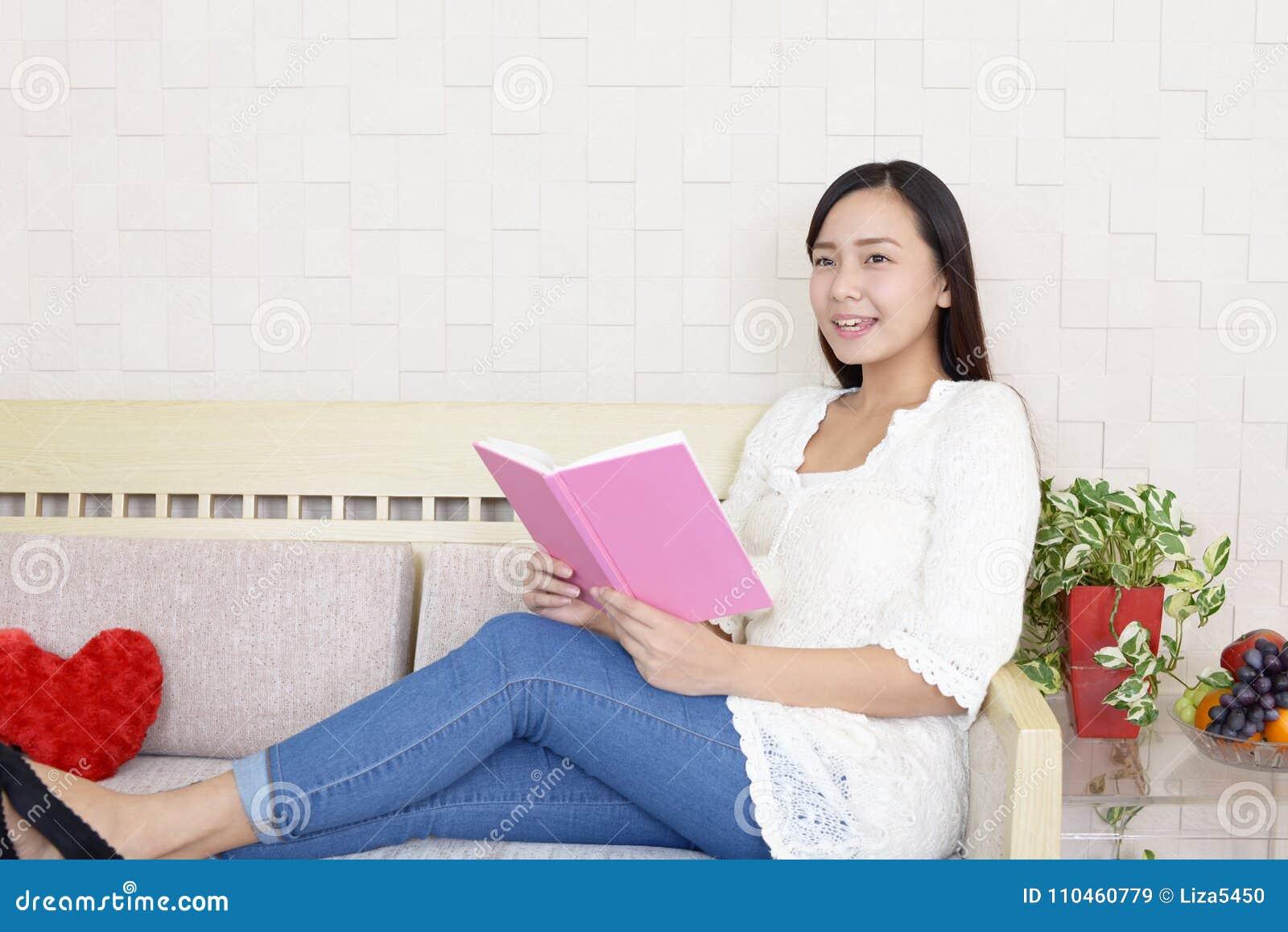 Kvinnaläsning en boka