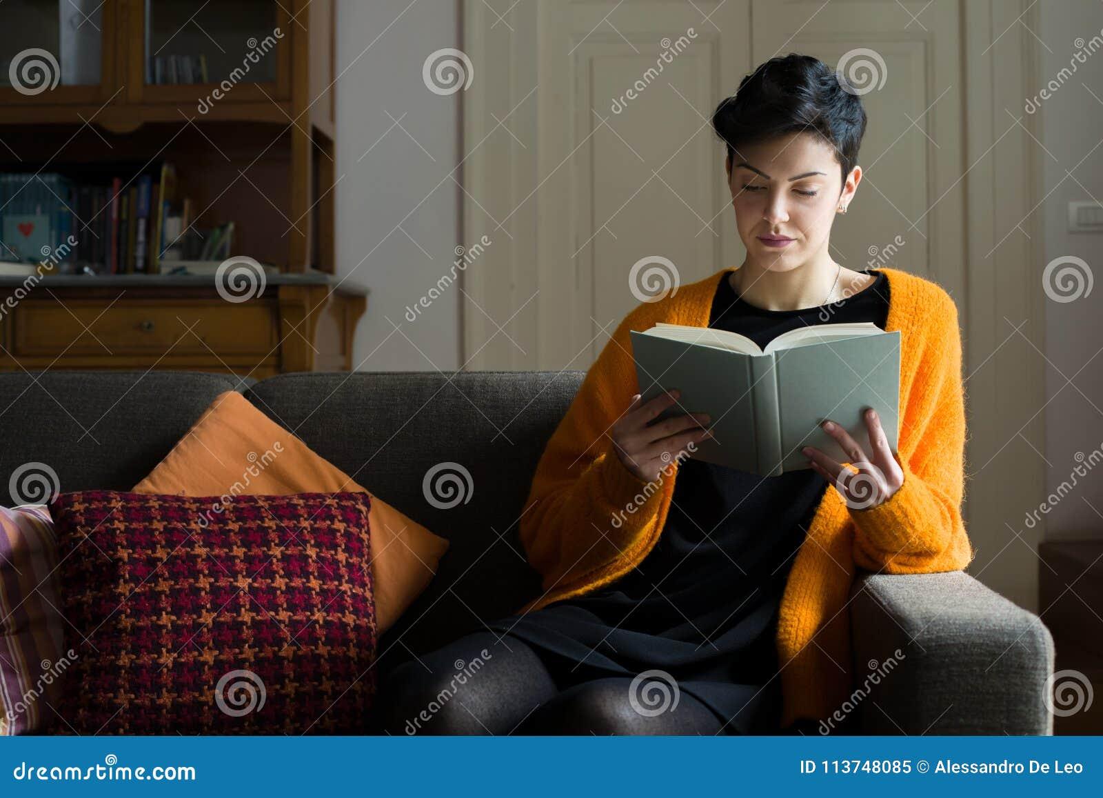 Kvinnaläsning på en soffa
