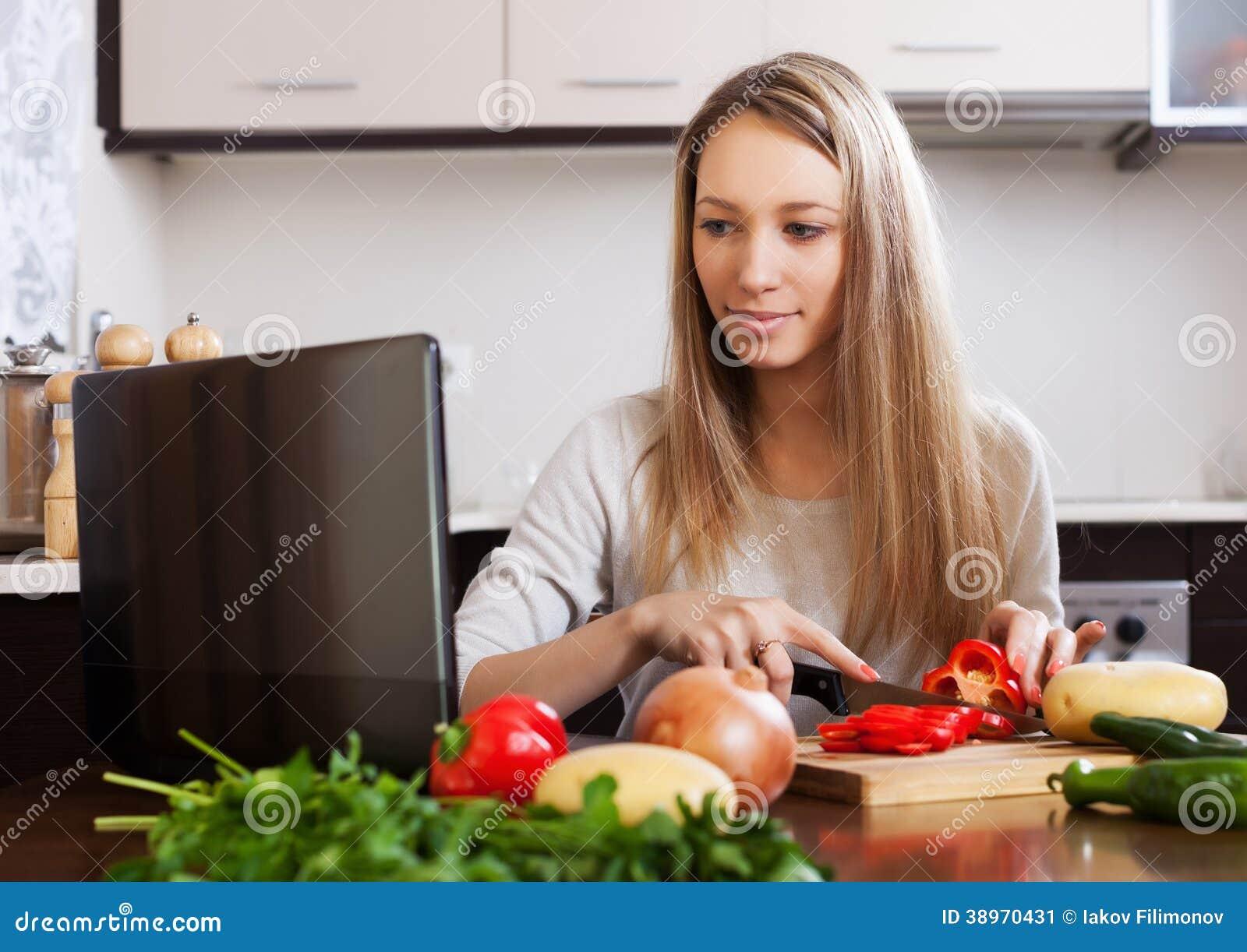 Kvinnamatlagning med bärbara datorn