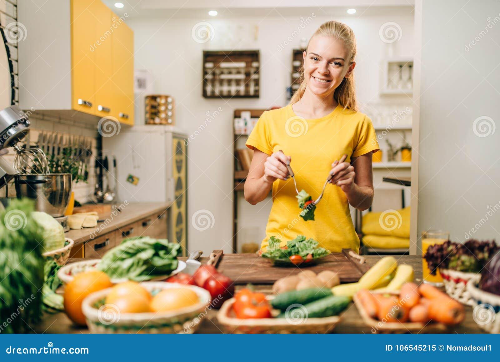 Kvinnamatlagning på köket, ecomatförberedelse