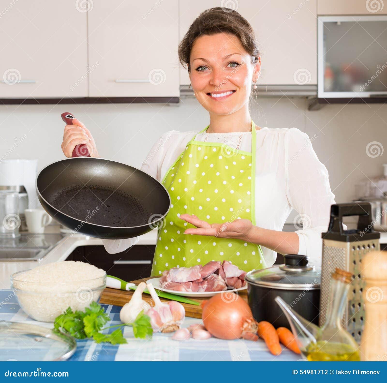 Kvinnamatlagningkött med ris