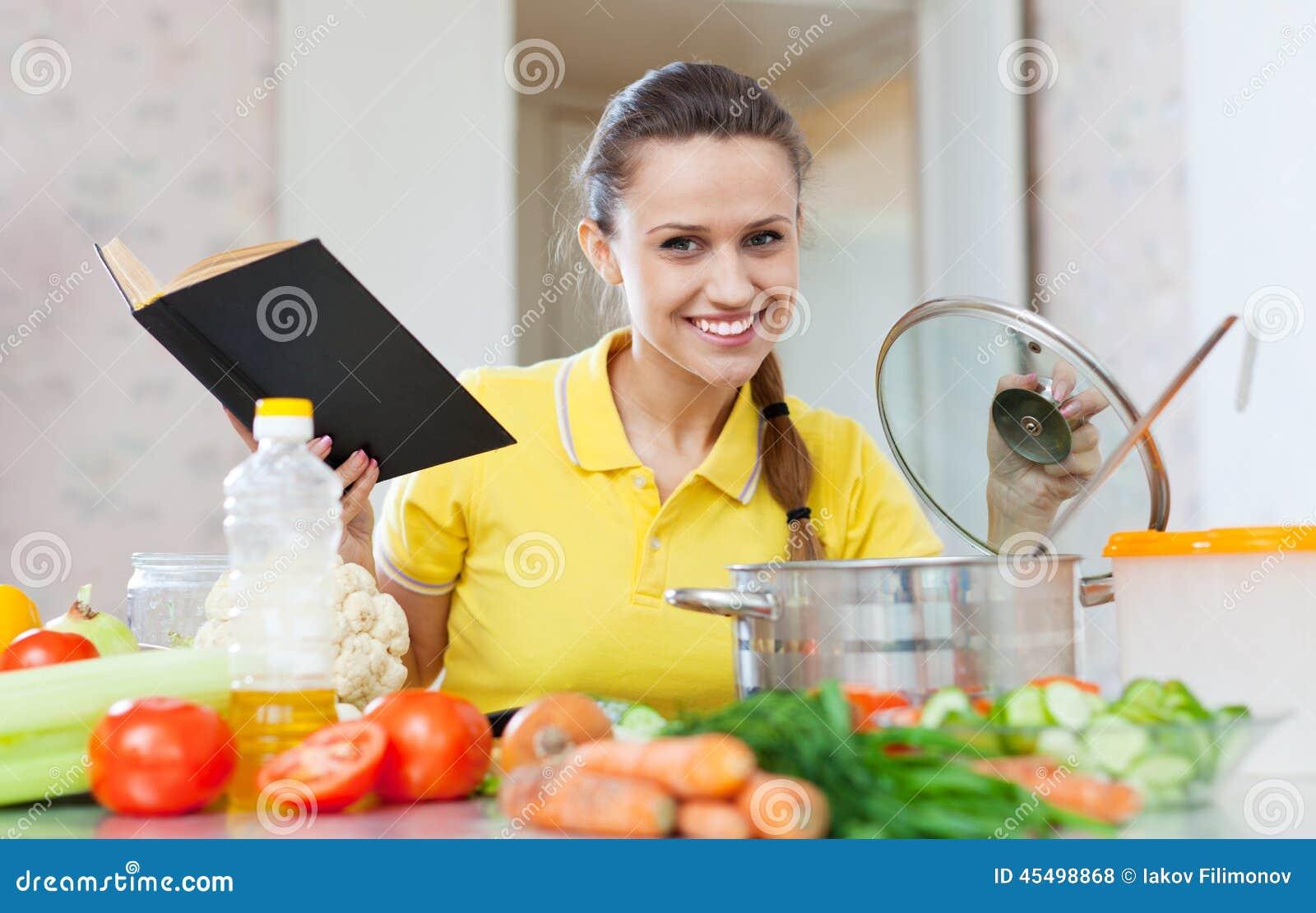 Kvinnamatlagningmat med kokboken