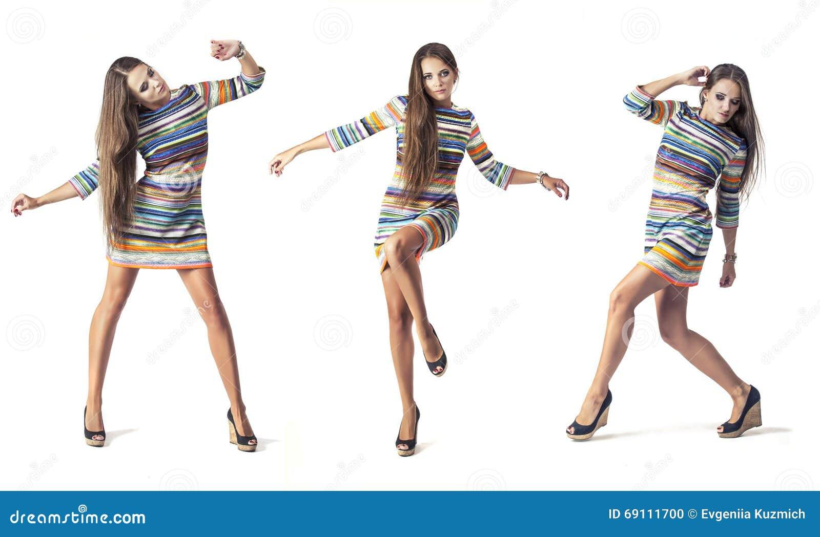 Kvinnamodell i oavkortad längd för kort klänning i studio på vitbac
