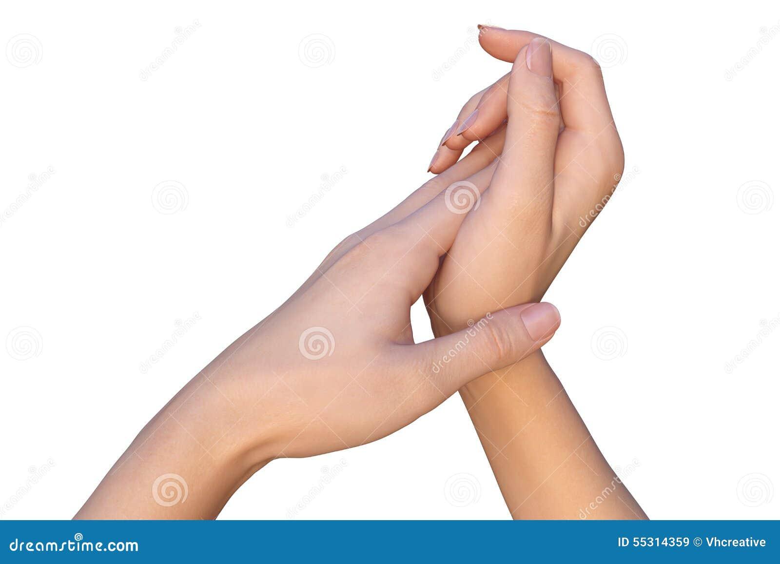 Kvinnan applicerar kräm för hudomsorg till händer