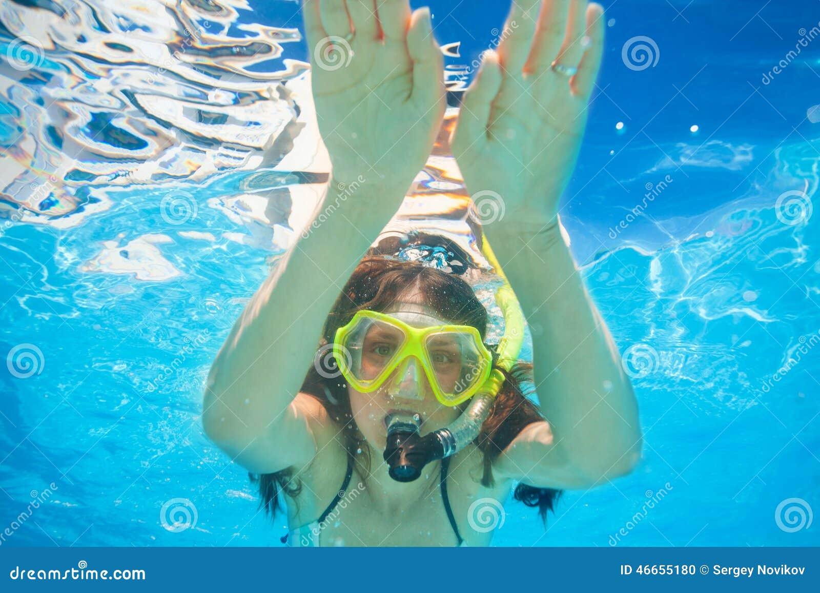 Kvinnan bär att snorkla att simma för maskering som är undervattens-