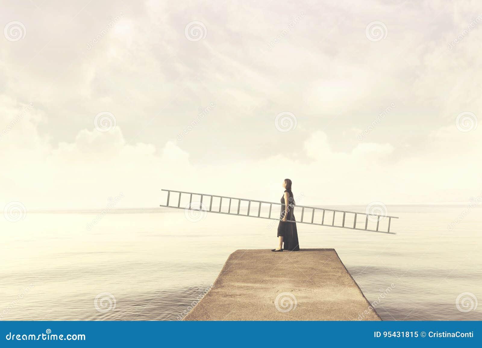 Kvinnan bär hennes personliga stege för att klättra in i himlen