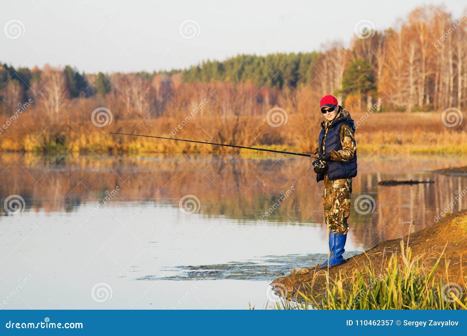 Kvinnan fångar en fisk på snurr