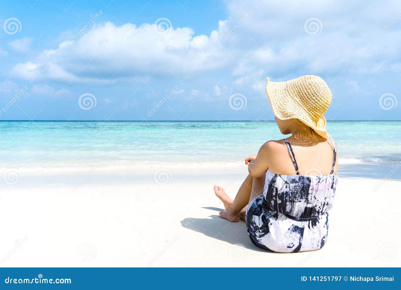 Kvinnan för sommarstrandferie kopplar av på stranden i fri tid