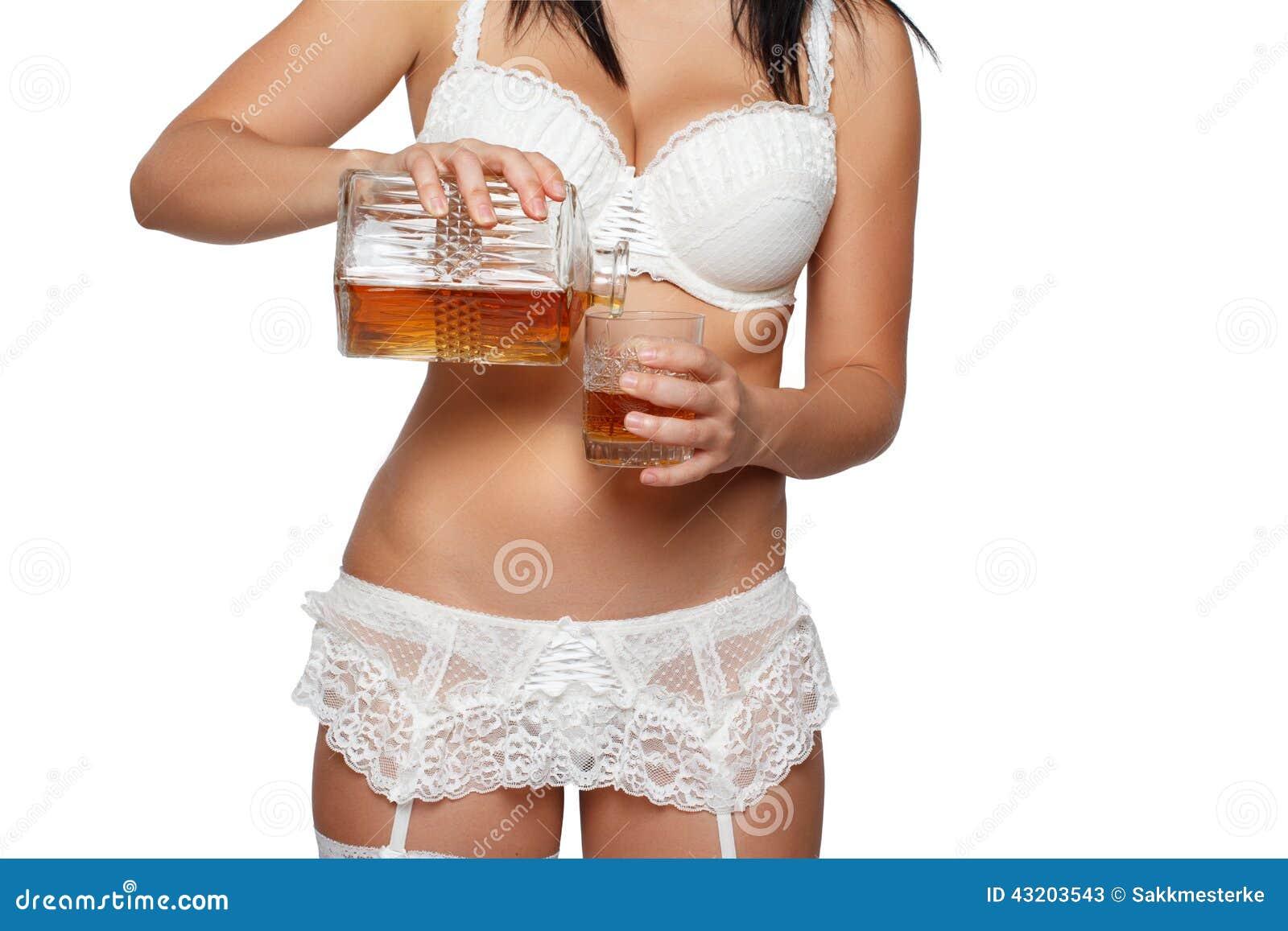 Download Kvinnan häller whisky fotografering för bildbyråer. Bild av mode - 43203543
