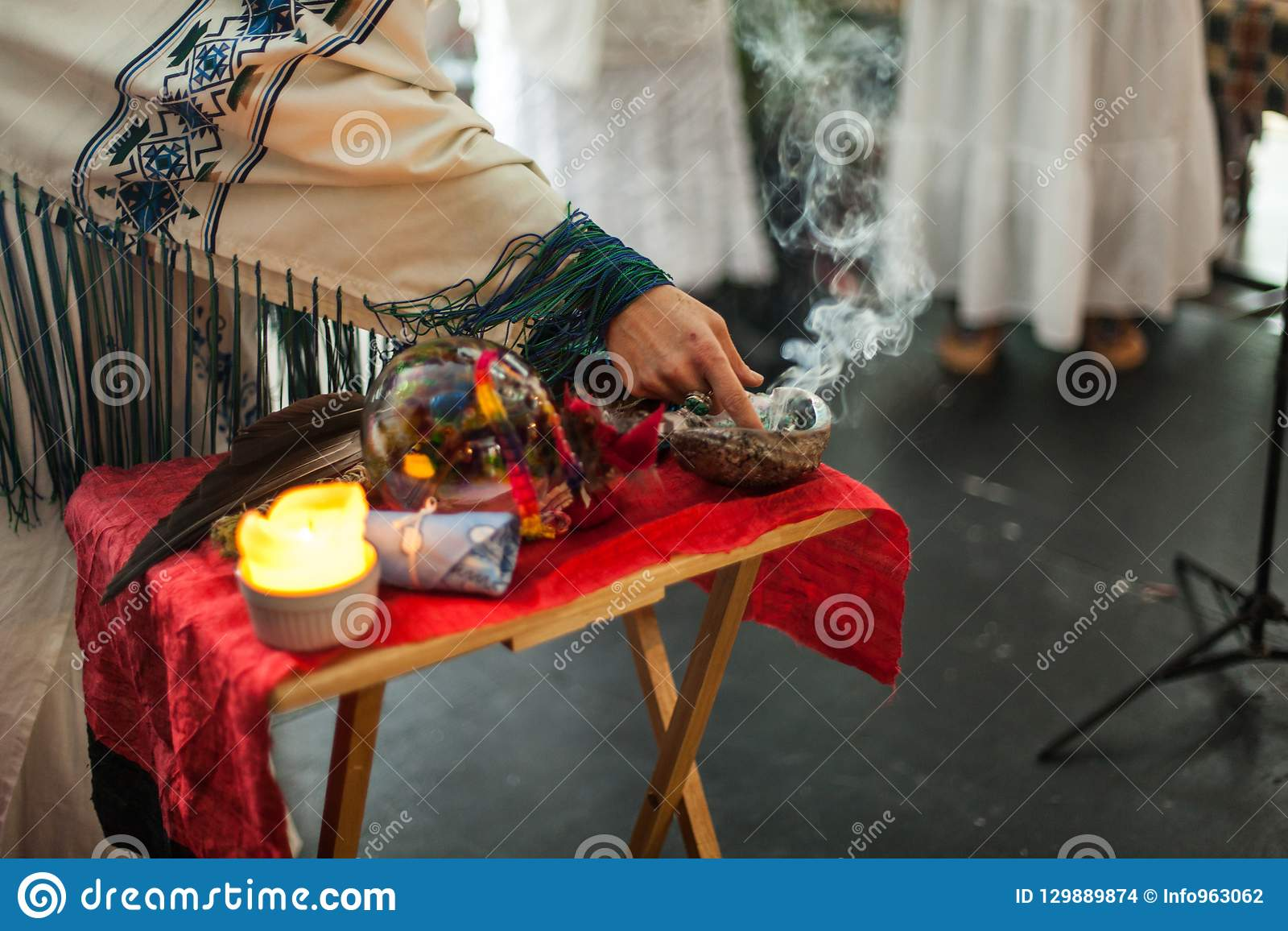 Kvinnan i ceremoniell ämbetsdräkt trycker på röka vis man