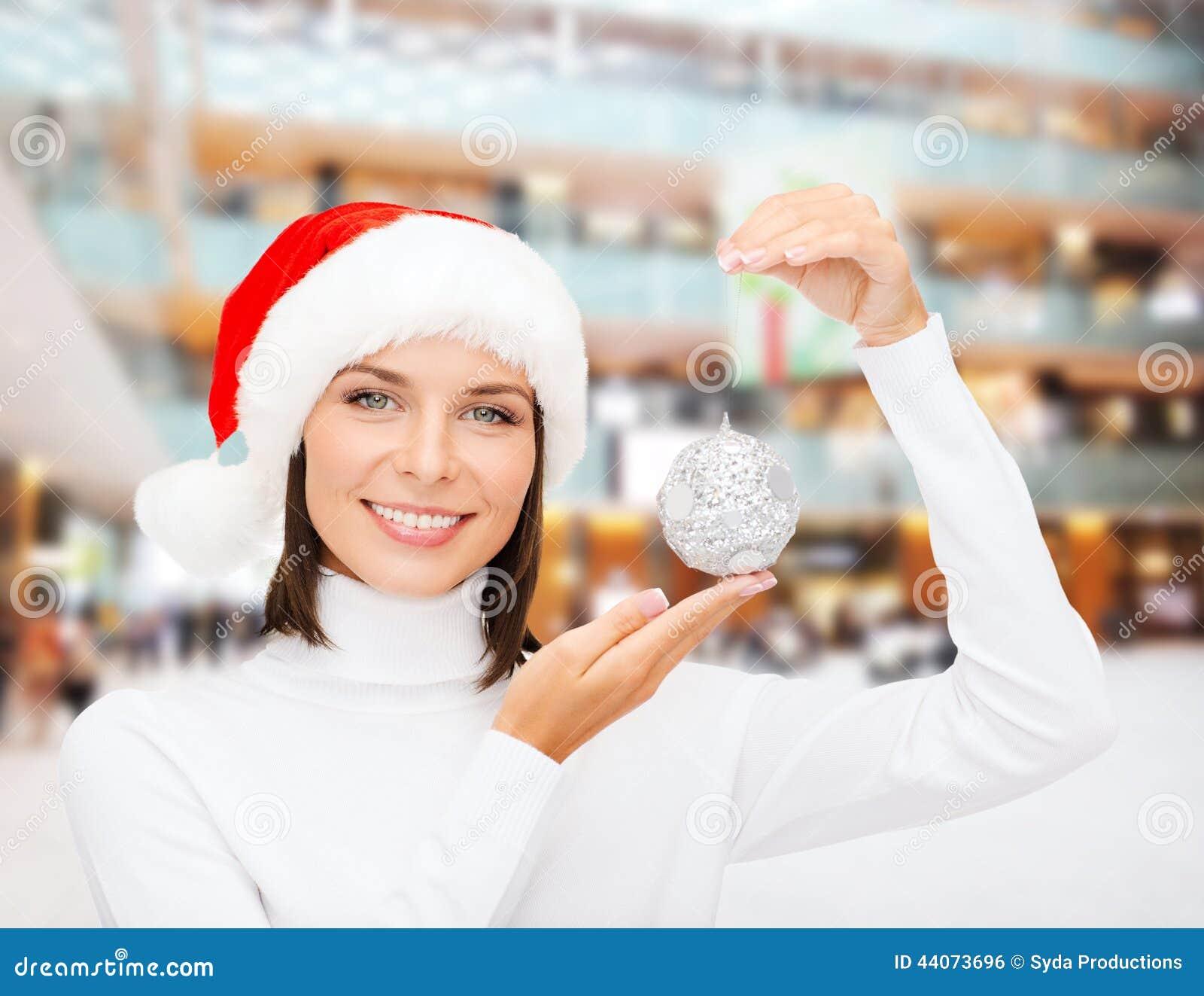 Kvinnan i santa hjälpredahatt med jul klumpa ihop sig