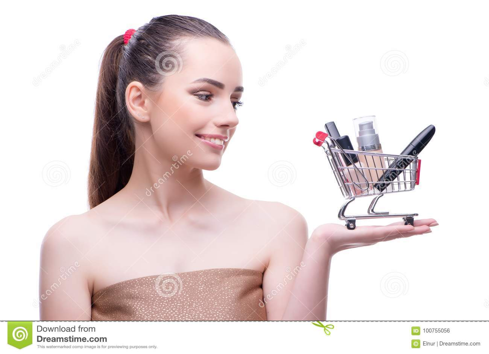 Kvinnan i skönhetbegrepp med den hållande shoppingvagnen för smink