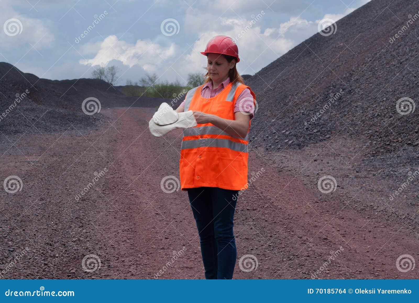 Kvinnan i skyddande funktionsduglig kläder arbets- skydd