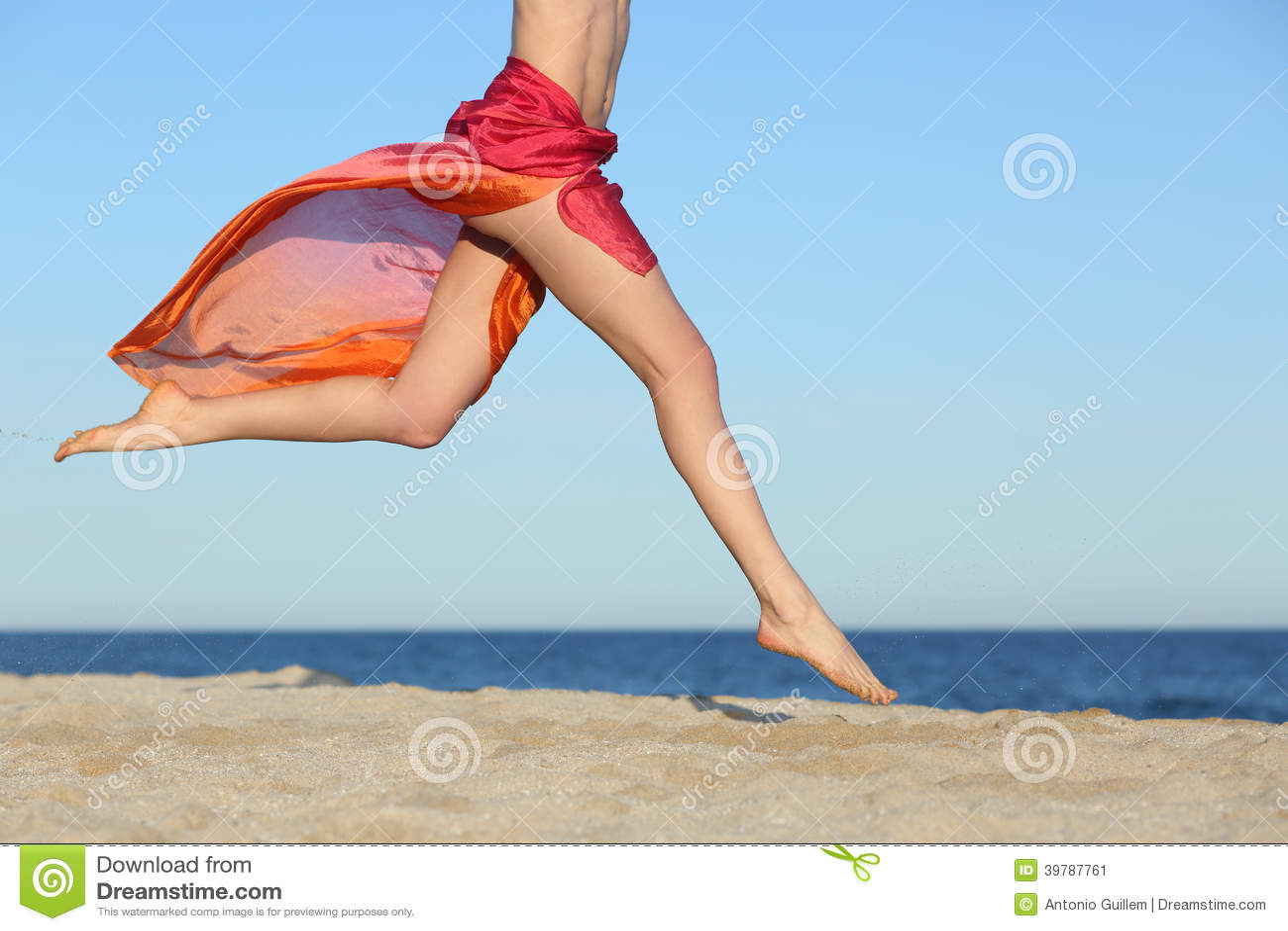 Kvinnan lägger benen på ryggen banhoppning på den lyckliga stranden