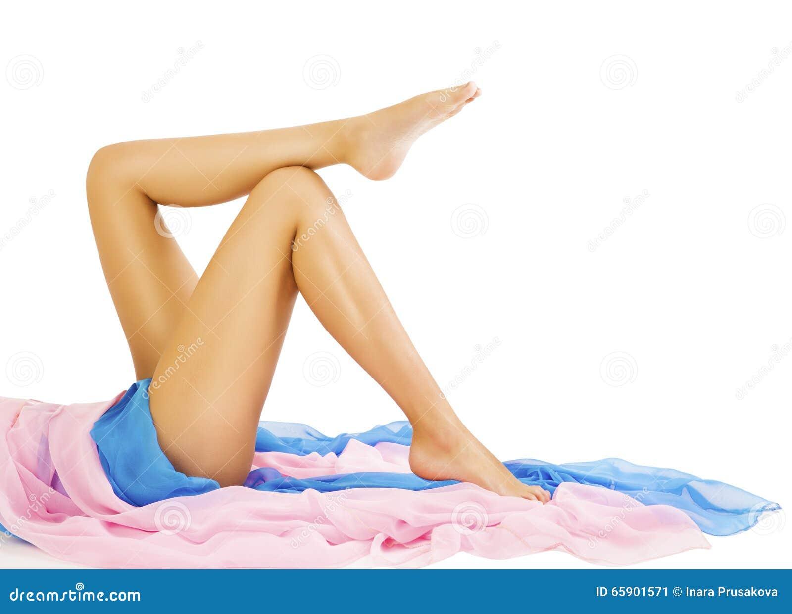 Kvinnan lägger benen på ryggen skönhet, kropphudomsorg, modellen Lying på vit