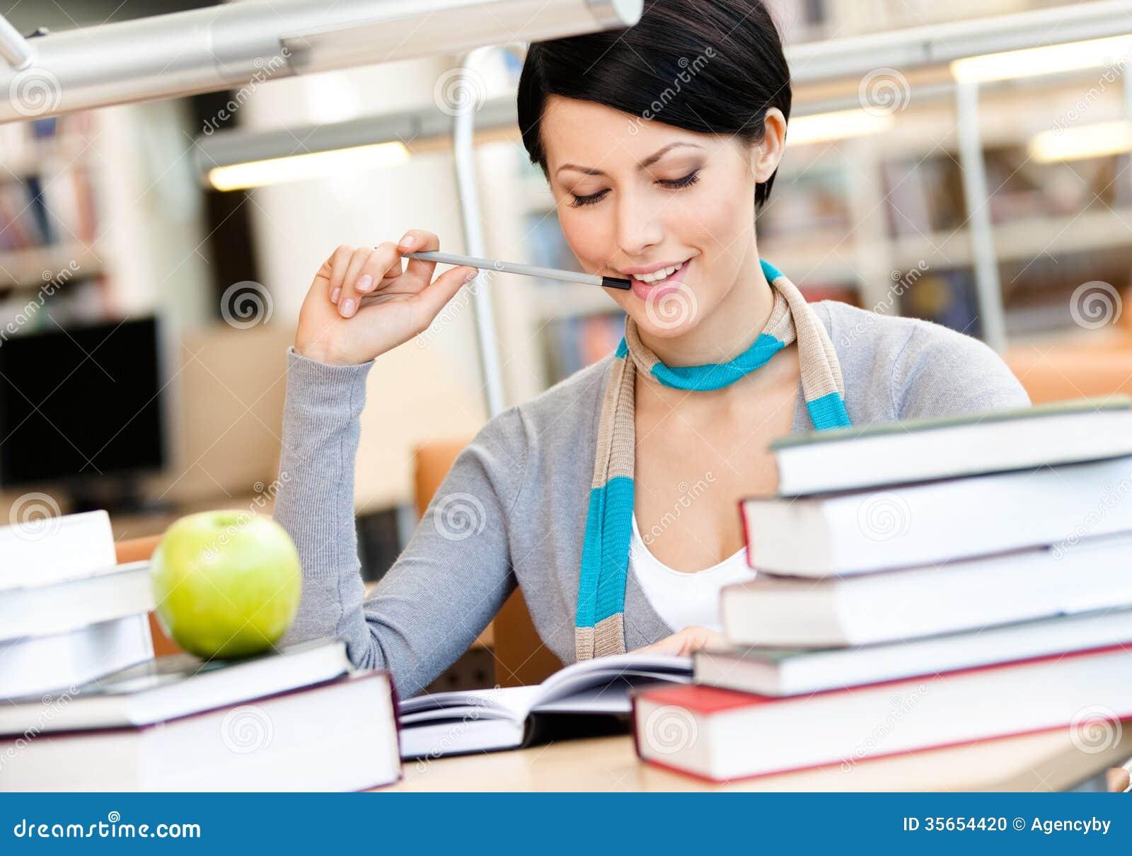 Kvinnan lär sammanträde på skrivbordet
