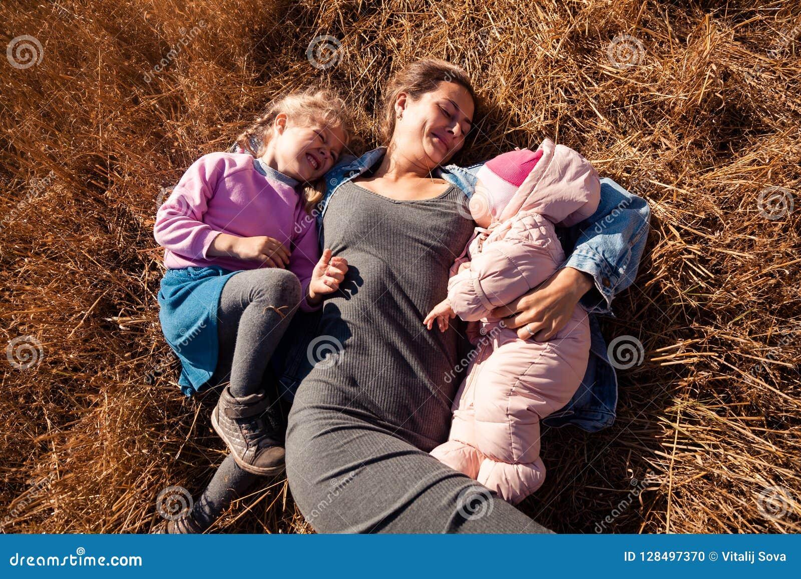 Kvinnan med behandla som ett barn, och flickan tycker om naturen
