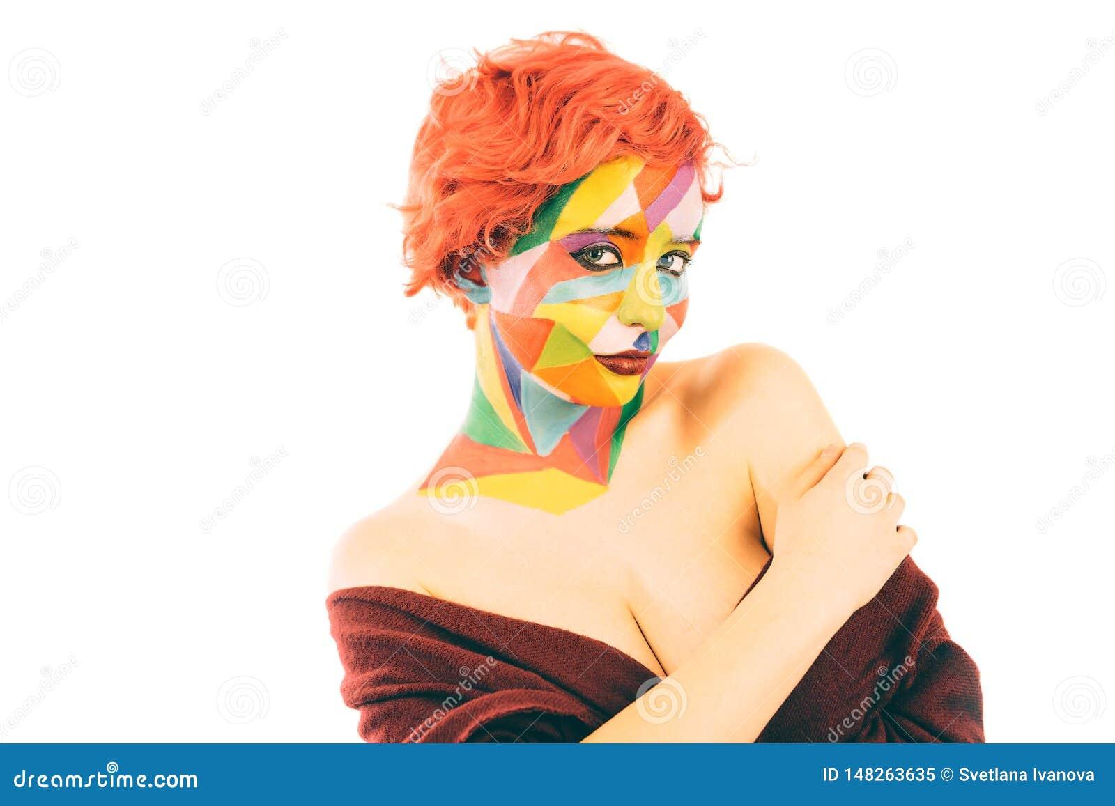 Kvinnan med orange hår och konst utgör isolerat