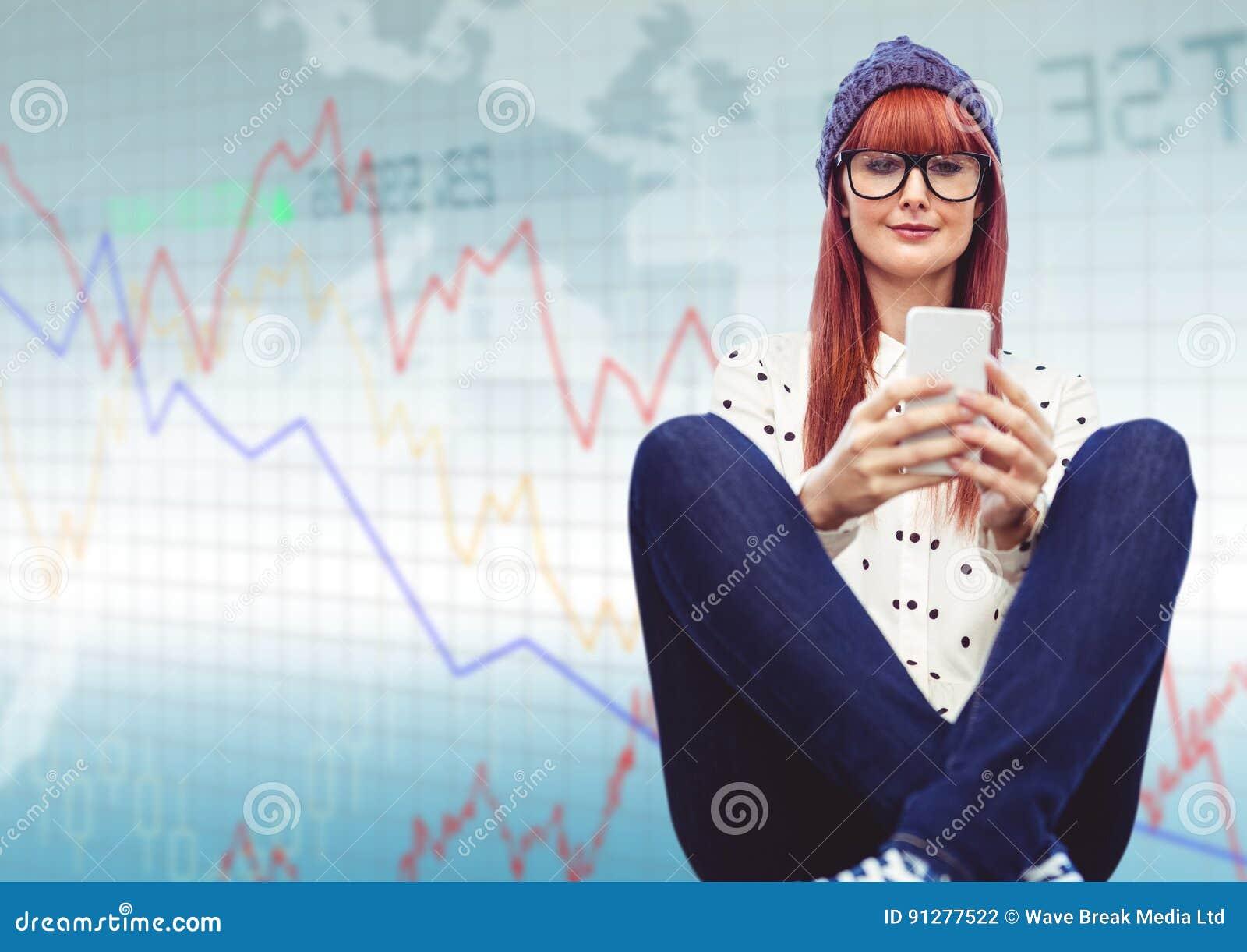 Kvinnan med telefonen och ben korsade mot blå graf