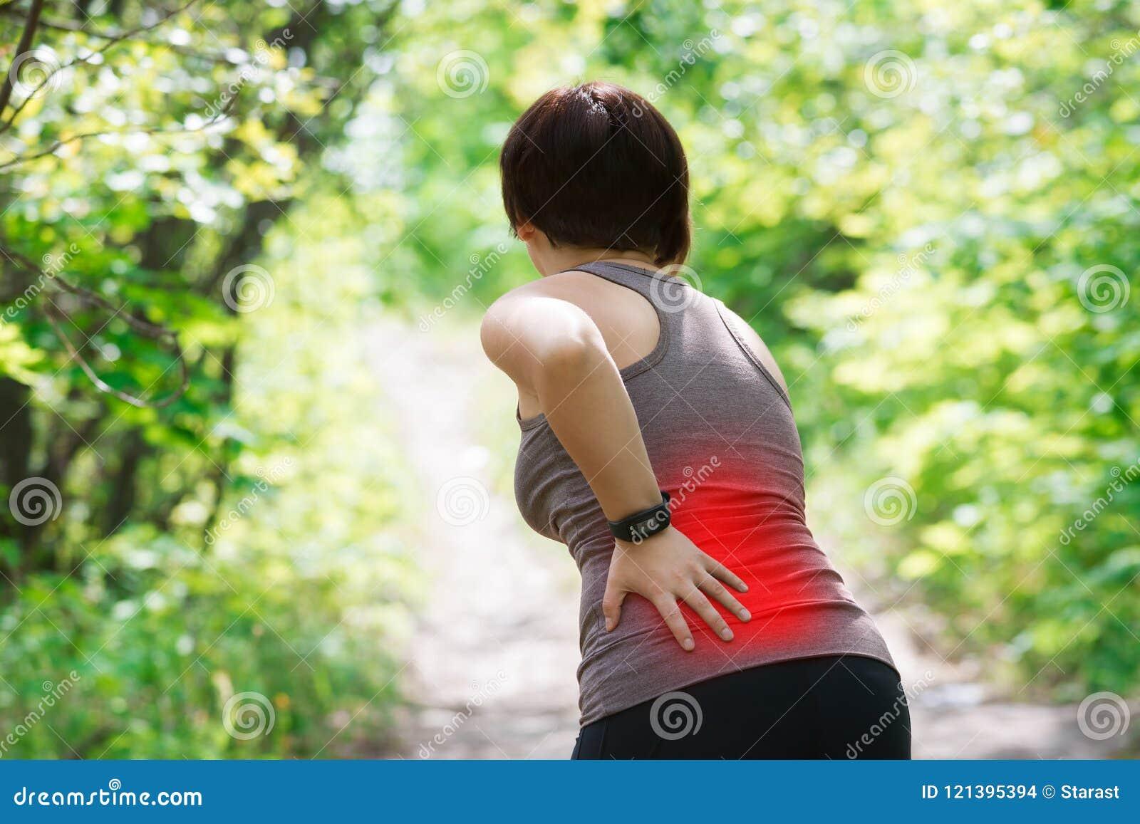 Kvinnan med tillbaka smärtar, njureinflammation, skada under genomkörare