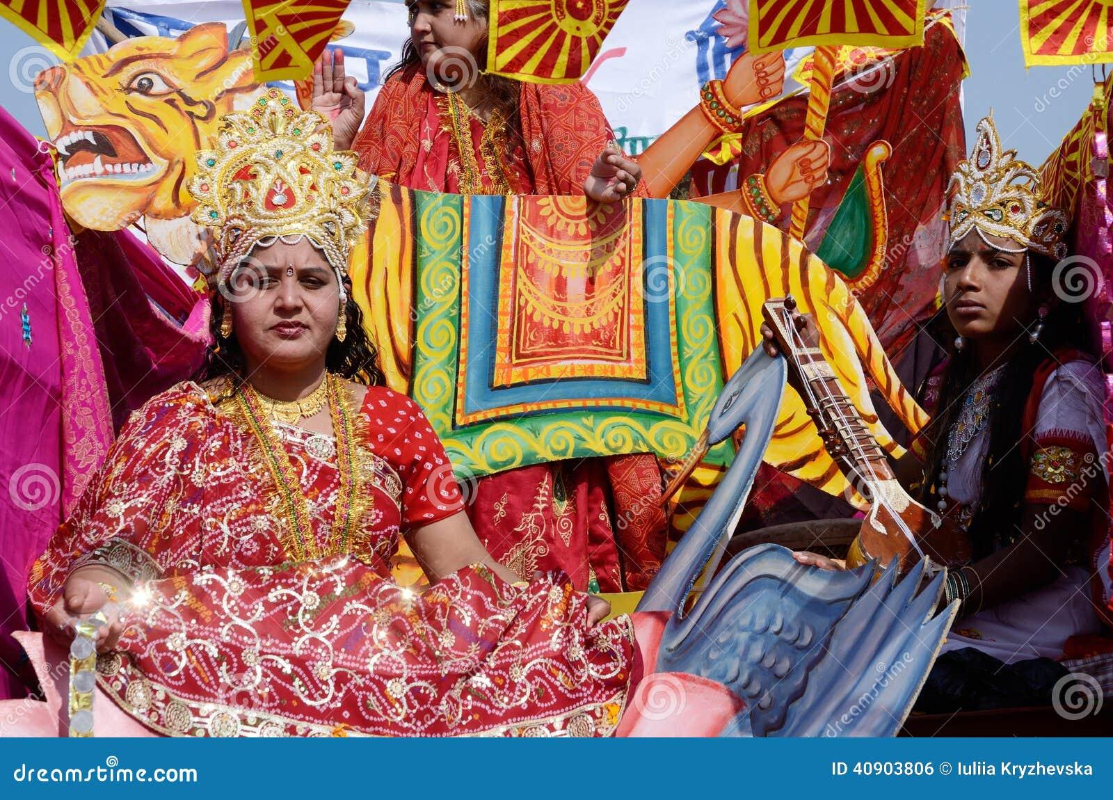 Kvinnan och mannen klädde som hinduiska gudar på den Pushkar kamelmässan, Rajasthan, Indien