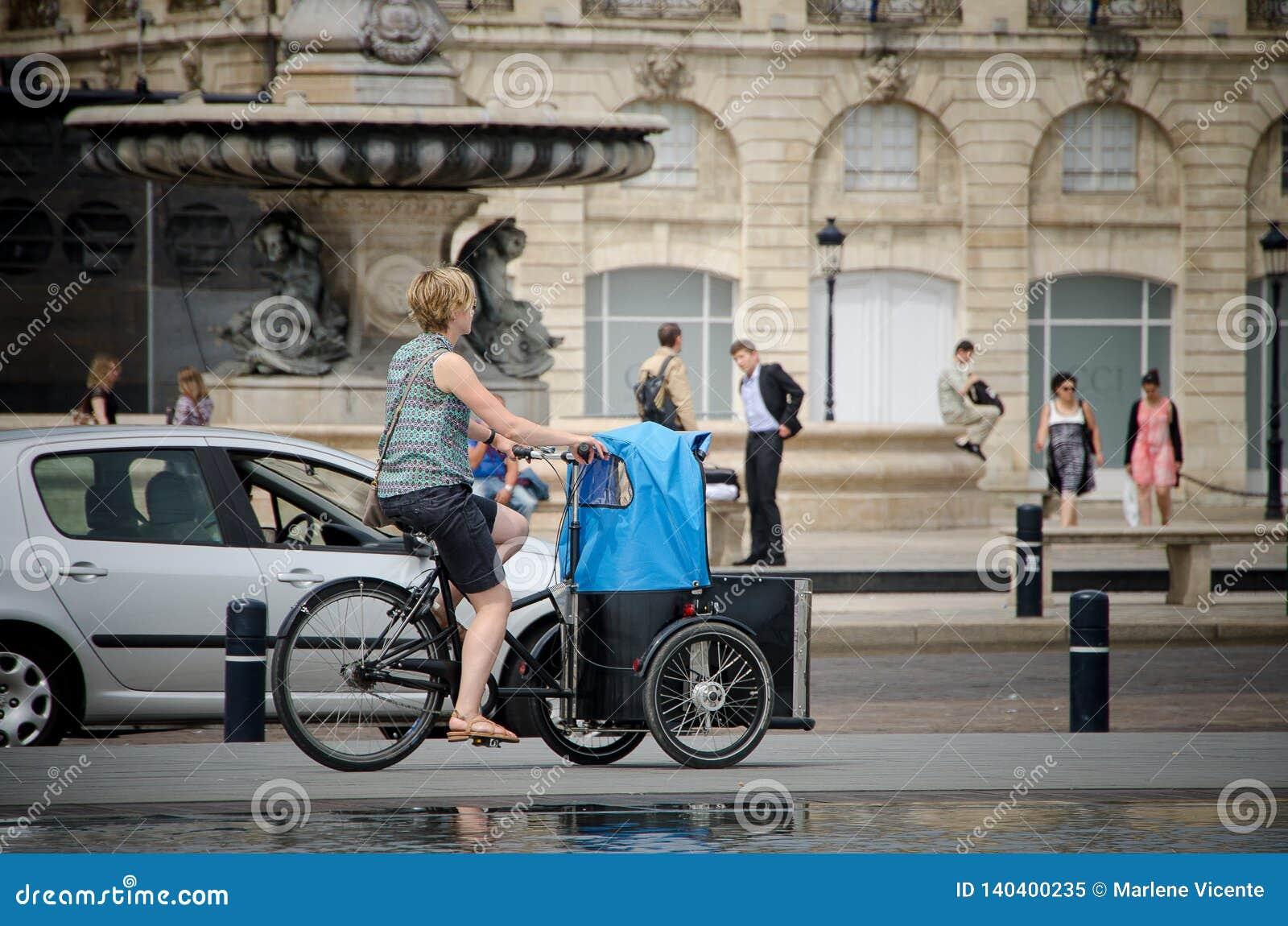 Kvinnan på en cykel på förlägger Pey Berland i Bordeaux September 2013 france