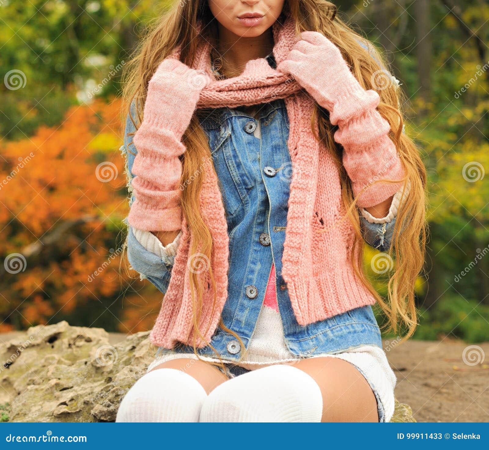 Kvinnan poserade den utomhus- iklädda stack höstdräkten - varma handskar, halsduk och stack sockor