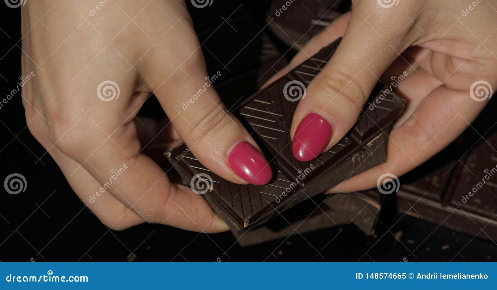 Kvinnan rymmer den svarta chokladst?ngen r