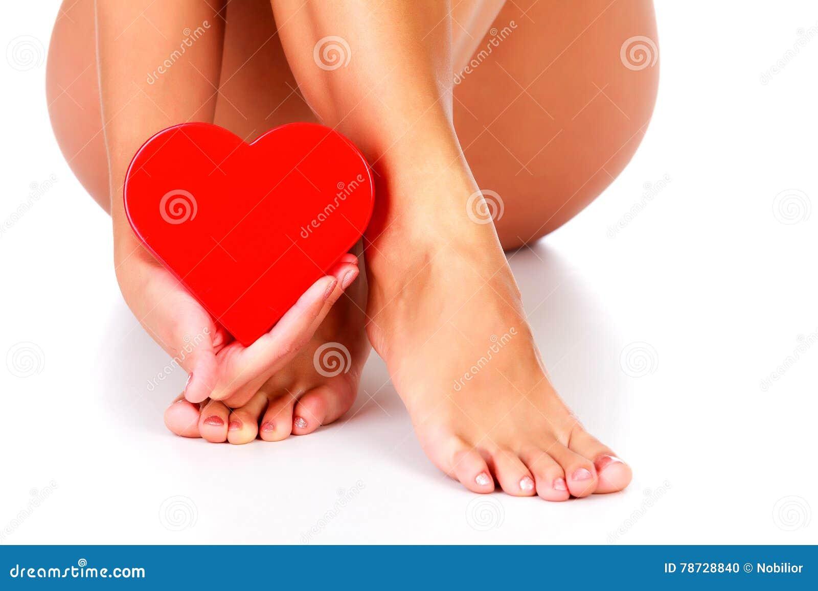 Kvinnan rymmer röd hjärta