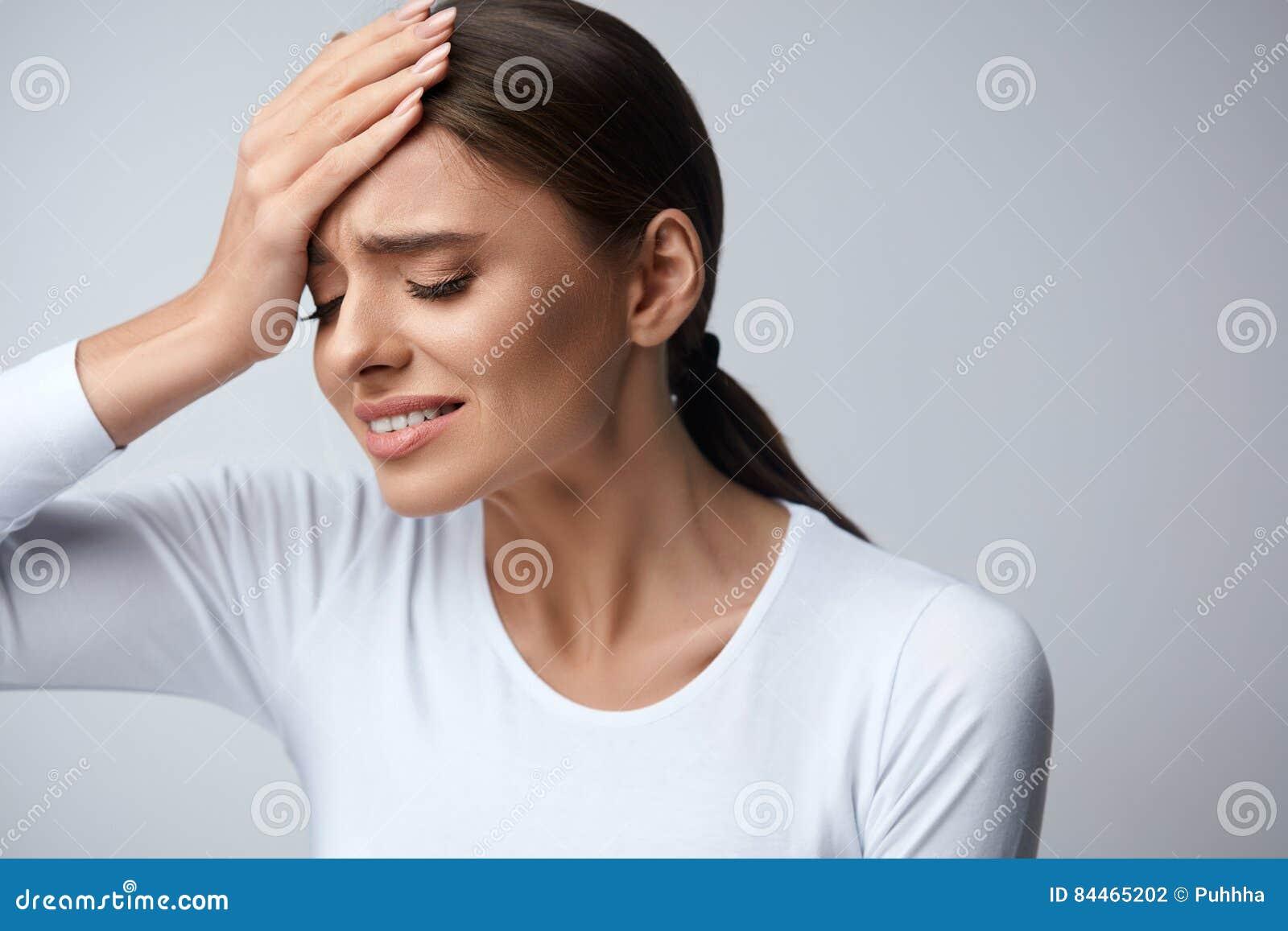 Kvinnan smärtar Flicka som har den starka huvudvärken som lider från migrän