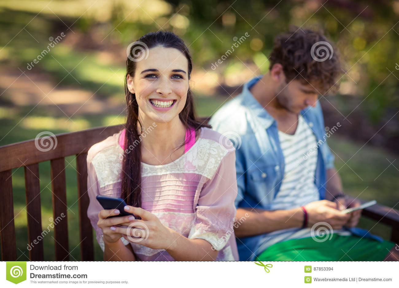 Kvinnan som använder mobiltelefonen parkerar in