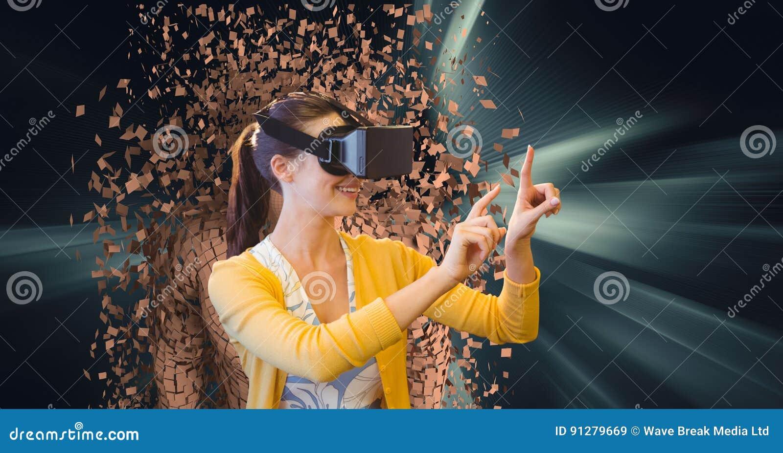 Kvinnan som bär VR-exponeringsglas med 3d, spridde det mänskliga diagramet i bakgrund