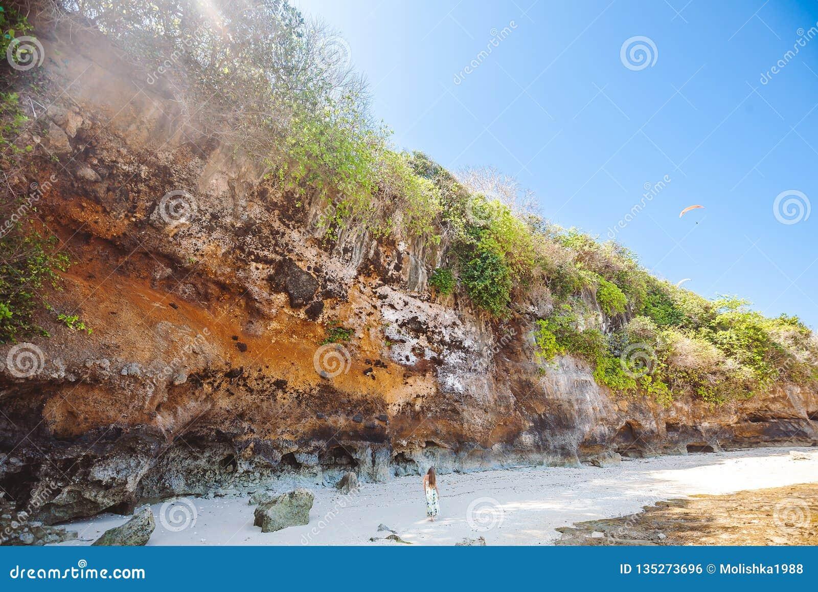 Kvinnan som går på den tropiska stranden nära, vaggar