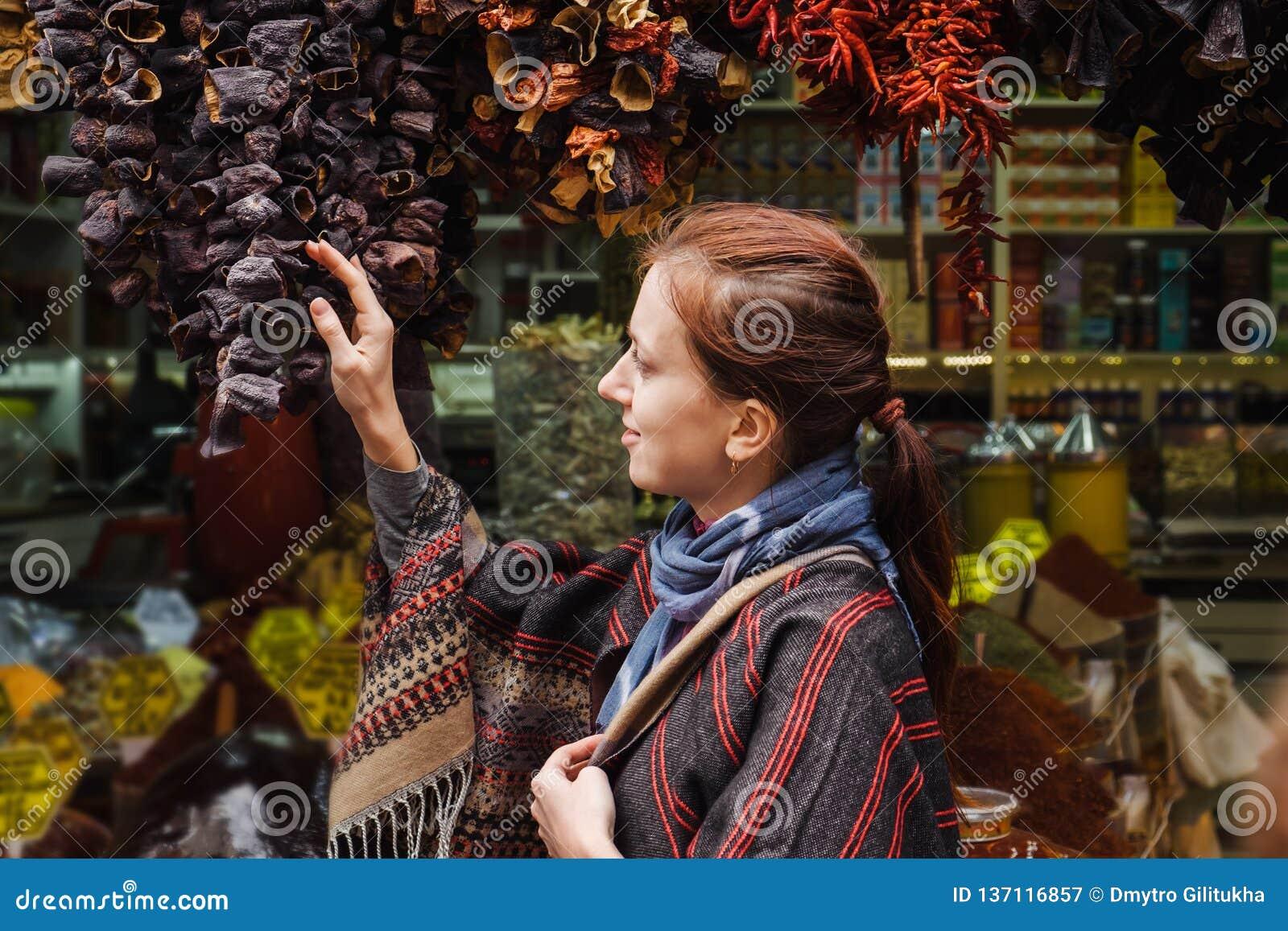 Kvinnan som går på egyptiska kryddor, marknadsför i Istanbul, Turkiet