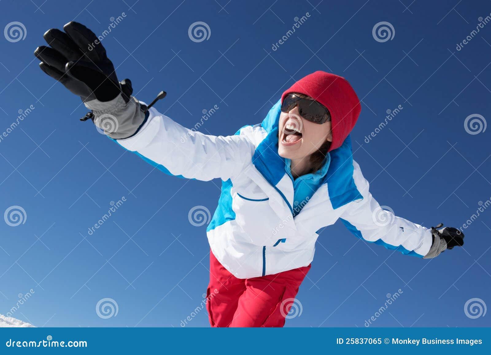 Kvinnan som har gyckel skidar på, ferie i berg
