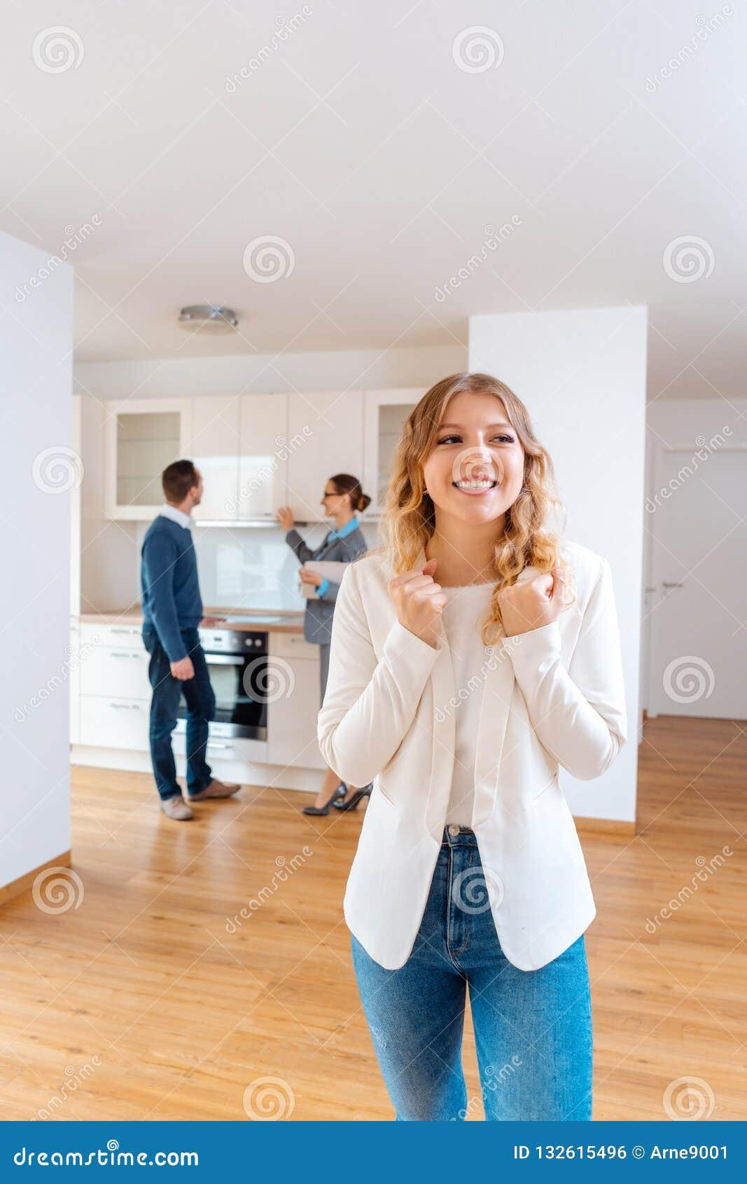 Kvinnan som yrar om lägenheten ska hon, och hennes man hyra